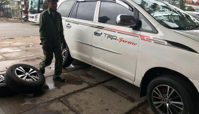 Cần bán Toyota Innova sản xuất 2006, màu trắng, xe mua về chỉ đổ xăng là chạy