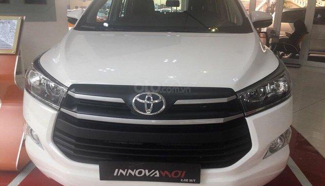 Innova 2.0E số sàn đời 2019, màu trắng, giao ngay, có bán trả góp, thanh toán 180tr nhận ngay xe mới 100%