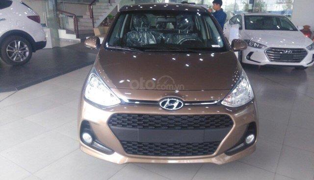 Bán Hyundai Grand i10 1.2 AT mới 2019, màu nâu, xe sẵn giao ngay khuyến mại lớn