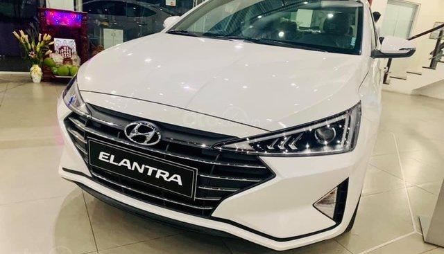 Cần bán xe Hyundai Elantra MT 2019, màu trắng, giá 560tr