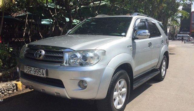Cần bán Toyota Fortuner V 2010, màu bạc