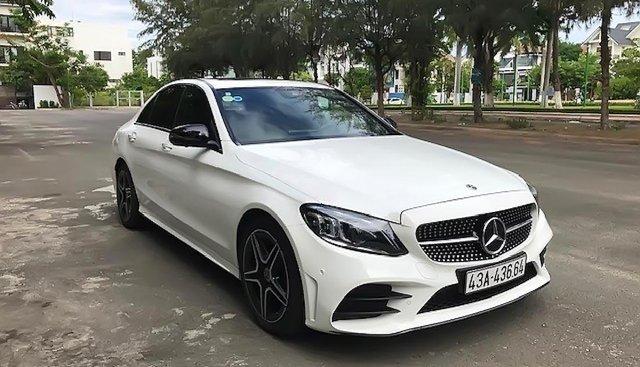 Cần bán lại xe Mercedes C300 AMG sản xuất 2019, màu trắng
