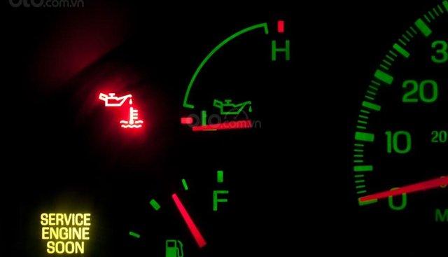 Tại sao đã thay nhớt nhưng đèn báo trên ô tô vẫn sáng?