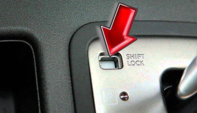 Nhiều người có lẽ chưa biết chức năng của nút Shift Lock trên xe số tự động