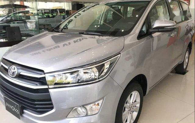 Cần bán xe Toyota Innova E đời 2019, màu bạc, giá 741tr4