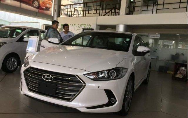 Cần bán Hyundai Elantra sản xuất 2019, màu trắng0