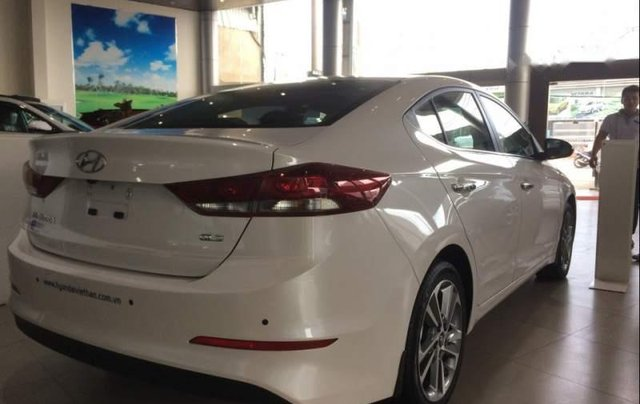 Cần bán Hyundai Elantra sản xuất 2019, màu trắng2
