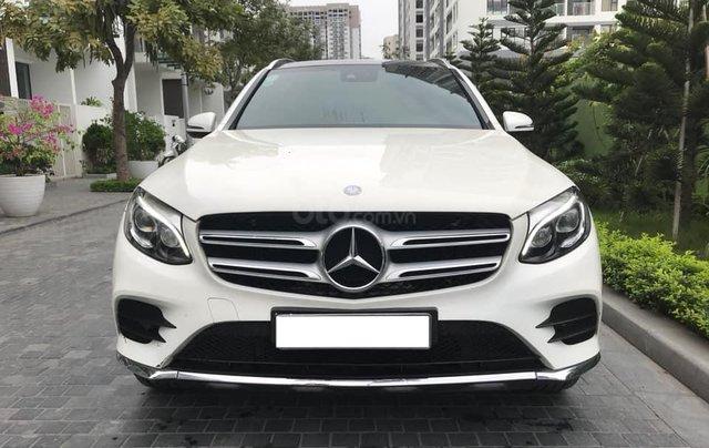Cần bán xe Mercedes GLC300 4Matic 2017, màu trắng nội thất nâu0