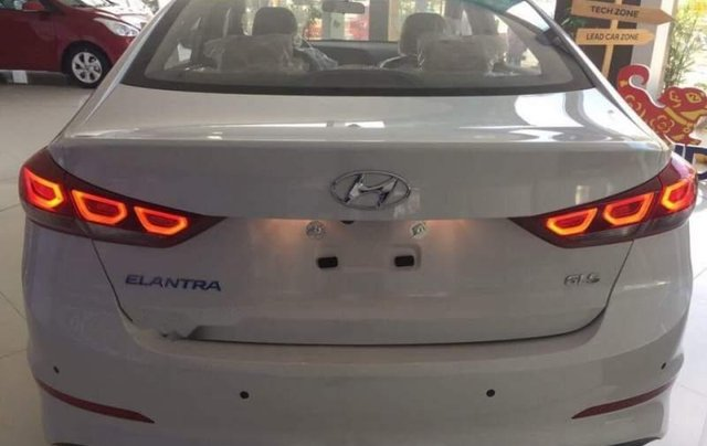 Bán Hyundai Elantra năm sản xuất 2019, giá sập sàn3