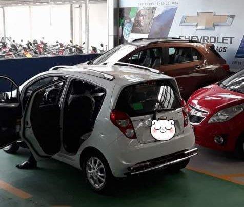 Cần bán lại xe Chevrolet Spark năm 2017, màu trắng xe gia đình, 270tr