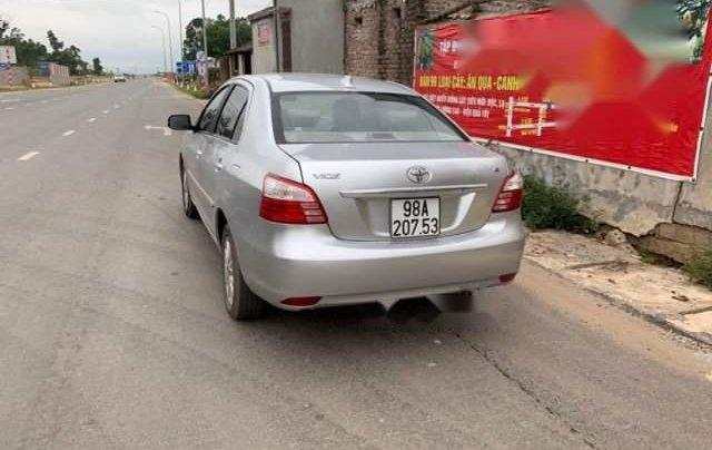 Cần bán Toyota Vios năm sản xuất 2011, màu bạc, số sàn2