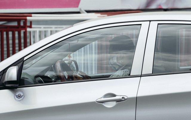 Nhiệt độ đạt ngưỡng 40 độ C, tài xế ô tô ở Sài Gòn phải đeo khẩu trang để tránh nắng