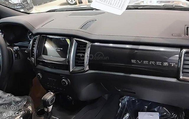 Bán Ford Everest mới 2.0L 4X4, nhập khẩu, bản SUV màu bạc, nội thất màu đen, xe 5 cửa 7 chỗ ngồi2