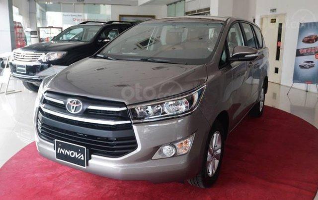 Giảm giá sâu cuối năm chiếc xe Toyota Innova 2.0E đời 2019, màu xám - Giá tốt - Giao xe tận nhà0