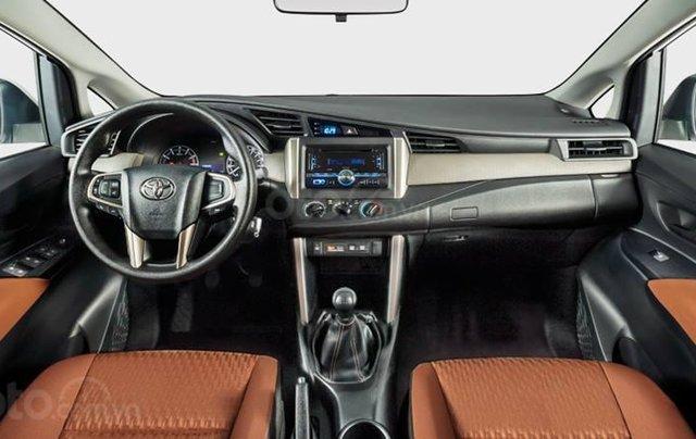 Giảm giá sâu cuối năm chiếc xe Toyota Innova 2.0E đời 2019, màu xám - Giá tốt - Giao xe tận nhà4