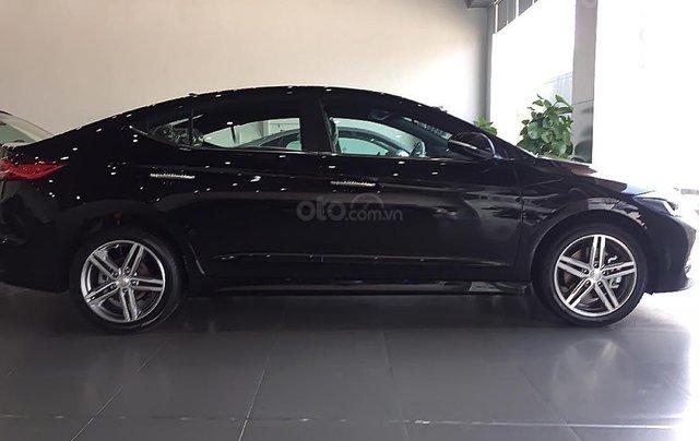 Hyundai Vinh cần bán xe Hyundai Elantra Sport 1.6 AT sản xuất 2019, màu đen0