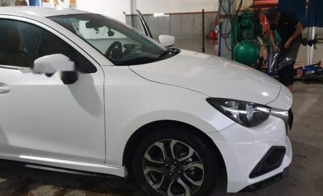 Cần bán gấp Mazda 2 đời 2017, màu trắng0