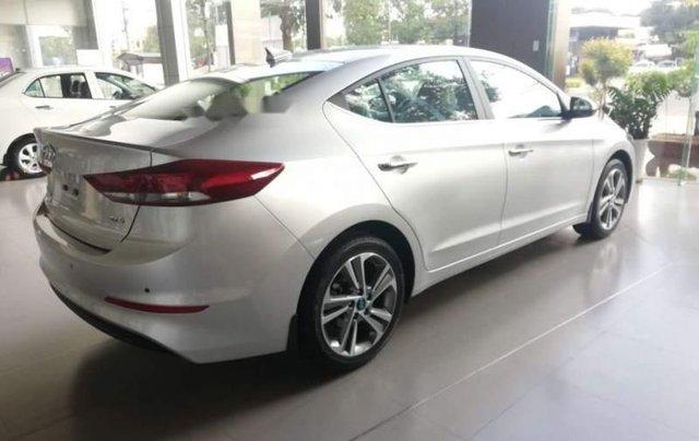Cần bán Hyundai Elantra 2.0 năm 2019, màu bạc3