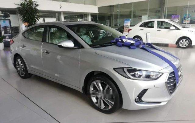 Cần bán Hyundai Elantra 2.0 năm 2019, màu bạc4