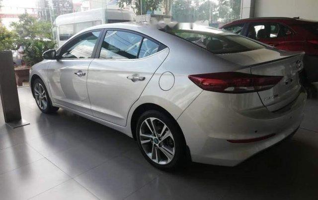 Cần bán Hyundai Elantra 2.0 năm 2019, màu bạc5