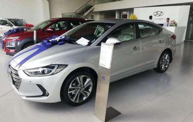 Cần bán Hyundai Elantra 2.0 năm 2019, màu bạc0
