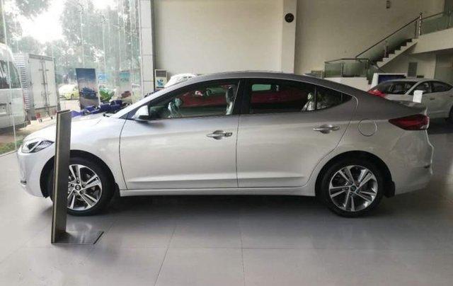 Cần bán Hyundai Elantra 2.0 năm 2019, màu bạc2