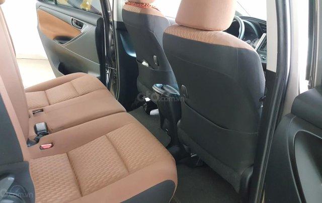 Bán Toyota Innova 2.0E màu nâu titan, số sàn, sản xuất 2018 xe như mới3