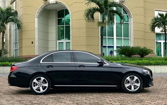 Cần bán Mercedes E250 sản xuất 2018, màu đen Hà Nội5