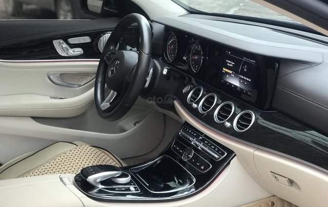 Cần bán Mercedes E250 sản xuất 2018, màu đen Hà Nội11