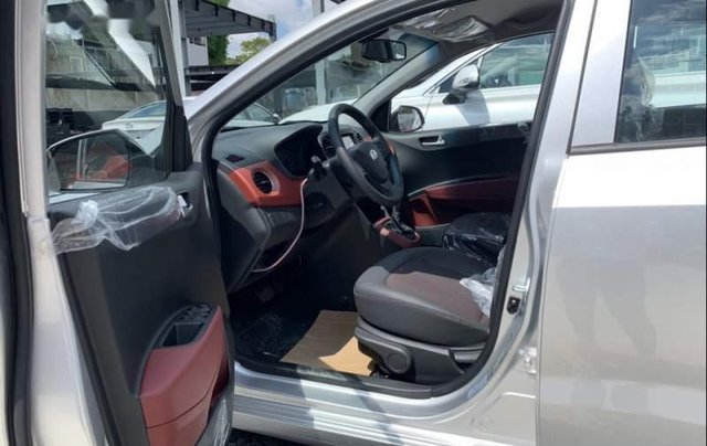 Cần bán Hyundai Grand i10 sản xuất năm 2019, màu bạc2