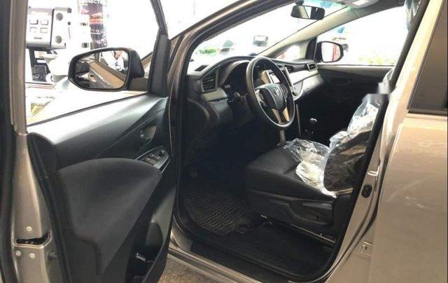 Cần bán Toyota Innova năm 2019, màu bạc, giá chỉ 731 triệu2