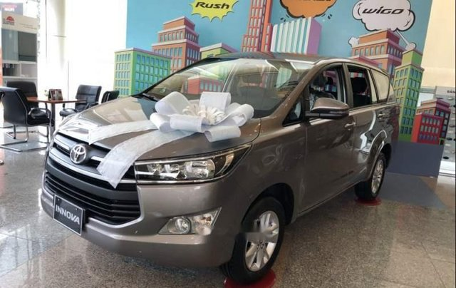Cần bán Toyota Innova năm 2019, màu bạc, giá chỉ 731 triệu4