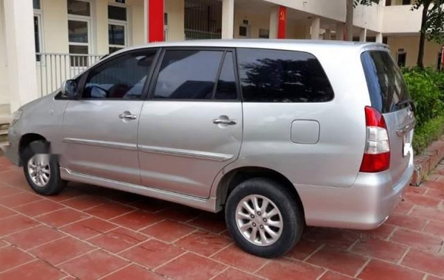 Cần bán gấp Toyota Innova E đời 2013, màu bạc còn mới, 470tr1