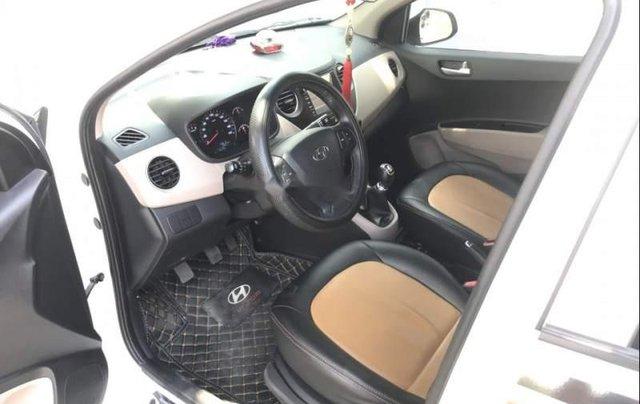 Cần bán lại xe Hyundai Grand i10 năm sản xuất 2017, màu trắng, nội thất ghế mình đã bọc da hết2
