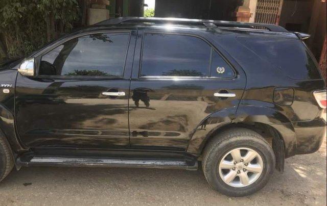 Cần bán xe Toyota Fortuner sản xuất năm 2011, màu đen còn mới giá cạnh tranh0