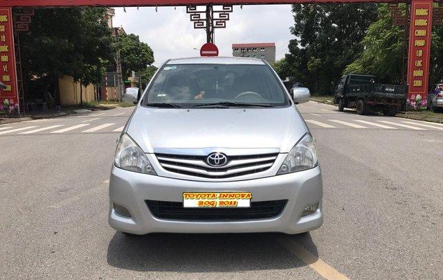 Cần bán Toyota Innova G năm 2011, màu bạc. Xe thuộc loại xuất sắc0