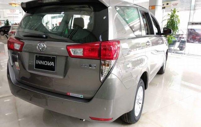Bán Toyota Innova 2.0E màu bạc trang bị động cơ xăng 2.0L mạnh mẽ, VVT-I kép, DOHC, số tay 5 cấp1