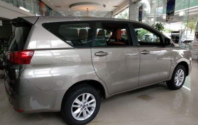 Bán Toyota Innova 2.0E màu bạc trang bị động cơ xăng 2.0L mạnh mẽ, VVT-I kép, DOHC, số tay 5 cấp2