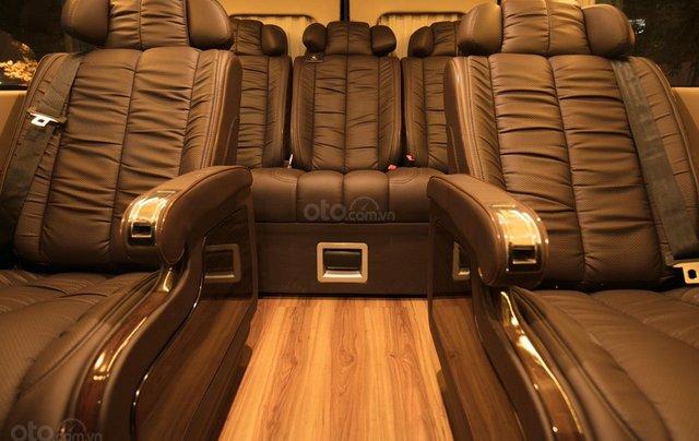 Bán Ford Limousine 10 chỗ xả hàng giảm 100 triệu, liên hệ 09338347967