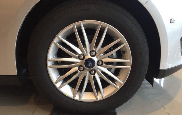 Bán Ford Focus Titanium màu trắng xe mới 100%, giao ngay tại Đại lý, xe còn tồn bán giá giảm kịch sàn LH 09654235583