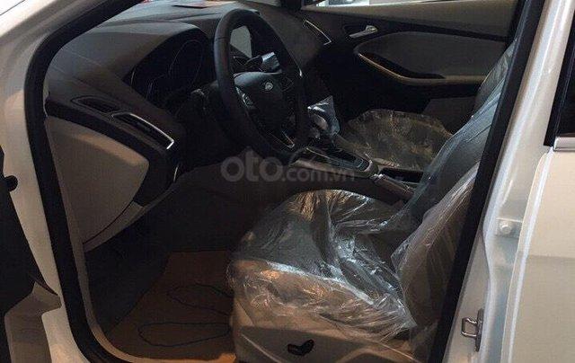 Bán Ford Focus Titanium màu trắng xe mới 100%, giao ngay tại Đại lý, xe còn tồn bán giá giảm kịch sàn LH 09654235585