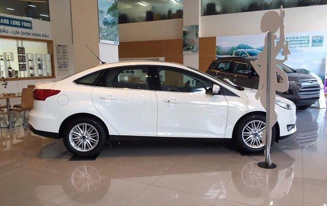 Bán Ford Focus Titanium màu trắng xe mới 100%, giao ngay tại Đại lý, xe còn tồn bán giá giảm kịch sàn LH 09654235582