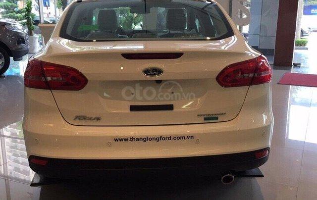 Bán Ford Focus Titanium màu trắng xe mới 100%, giao ngay tại Đại lý, xe còn tồn bán giá giảm kịch sàn LH 09654235586