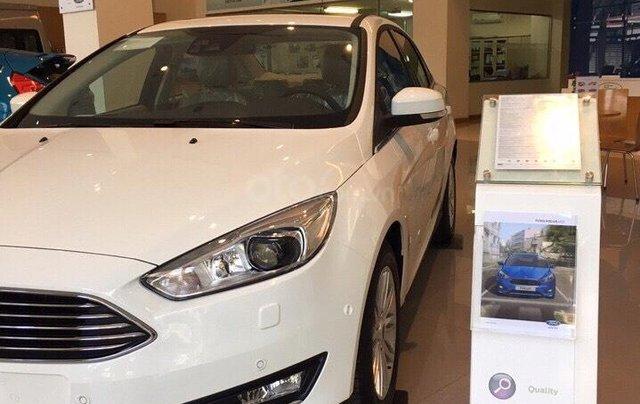 Bán Ford Focus Titanium màu trắng xe mới 100%, giao ngay tại Đại lý, xe còn tồn bán giá giảm kịch sàn LH 09654235587