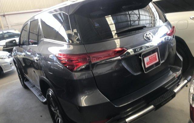 Bán Fortuner V 2017, xe nhập, màu xám, máy xăng, số tự động, giảm liền tay cho khách thiện chí2