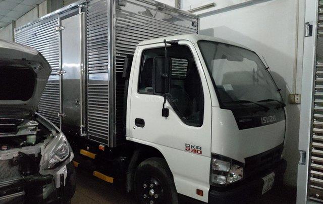 Bán Isuzu 2.5 tấn thùng kín 3.6m, KM máy lạnh, 12 phiếu bảo dưỡng, Radio MP31