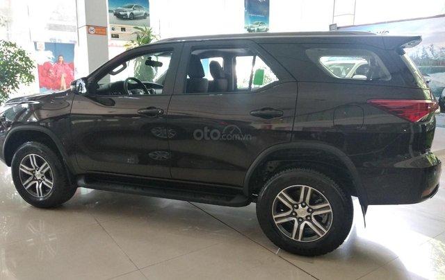 Mua xe trả góp lãi suất thấp chiếc xe Toyota Fortuner  2019, màu đen - Giao nhanh toàn quốc1