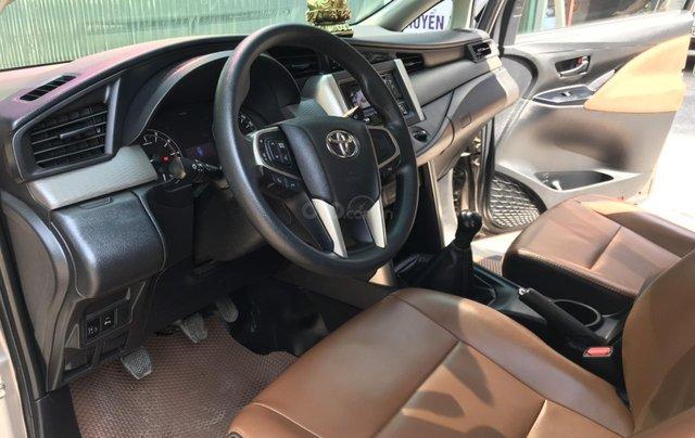 Bán xe Toyota Innova 2.0E màu đồng, sản xuất 20178