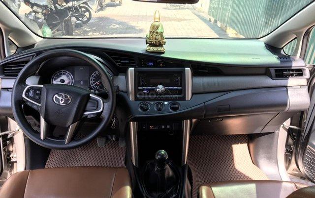 Bán xe Toyota Innova 2.0E màu đồng, sản xuất 201710