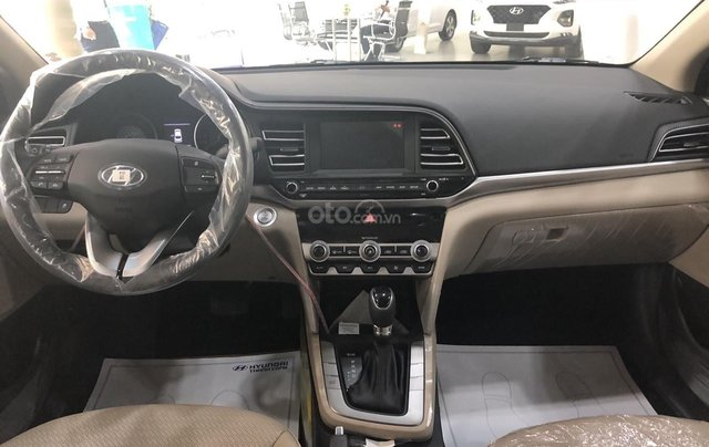 Cần bán xe Hyundai Elantra 1.6AT đời 2019, màu đen, giá cạnh tranh3